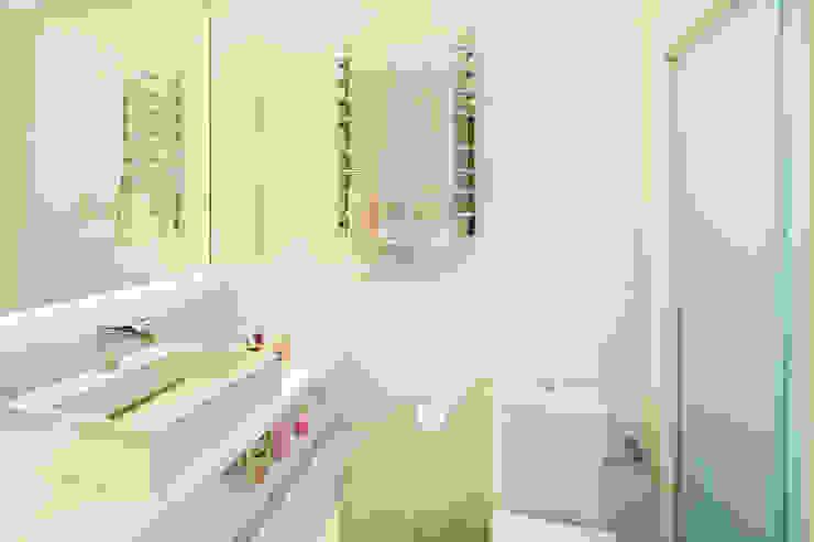 Modern Bathroom by Caroline Vargas | C. Arquitetura Modern