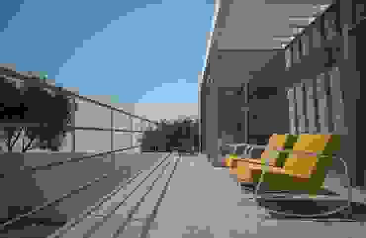 Axios Arquitectos Modern style balcony, porch & terrace