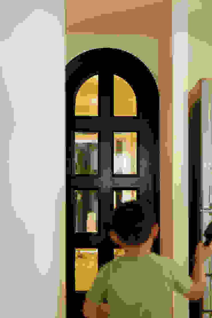 テーブルを囲む家 インダストリアルな 窓&ドア の ELD INTERIOR PRODUCTS インダストリアル