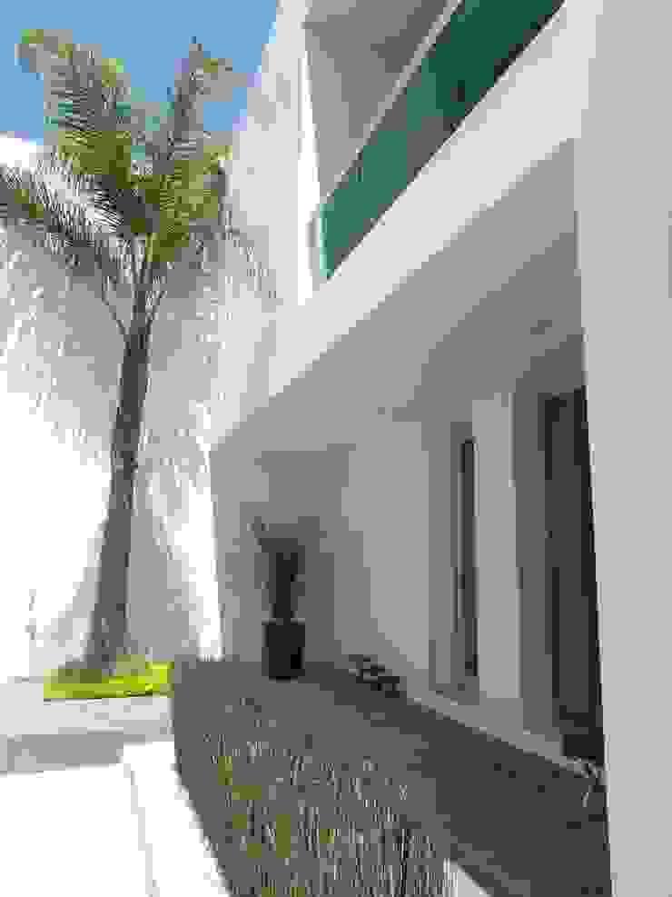 ARKIZA ARQUITECTOS by Arq. Jacqueline Zago Hurtado Balkon, Beranda & Teras Minimalis White