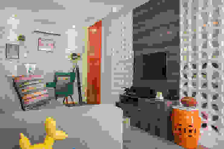 Biarari e Rodrigues Arquitetura e Interiores Living roomShelves Ceramic Orange