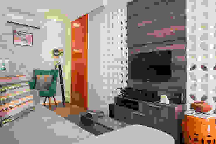 Biarari e Rodrigues Arquitetura e Interiores Living roomTV stands & cabinets Ceramic White