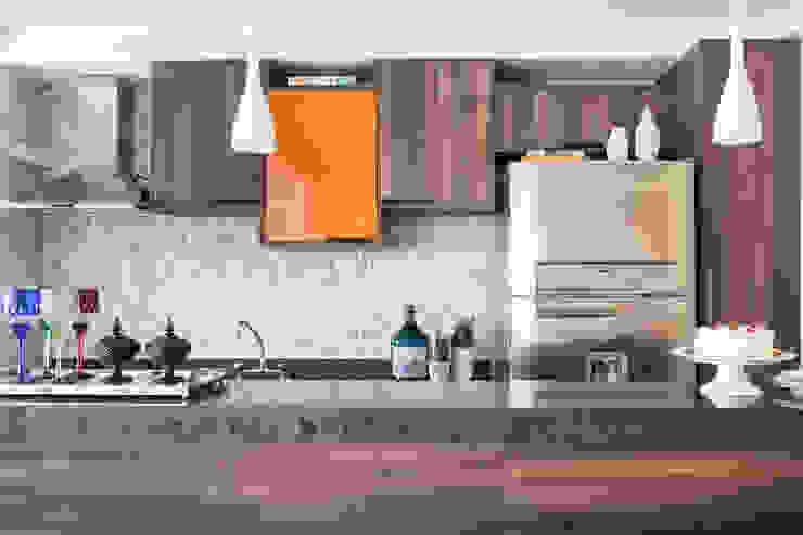 Biarari e Rodrigues Arquitetura e Interiores KitchenCabinets & shelves Wood Orange
