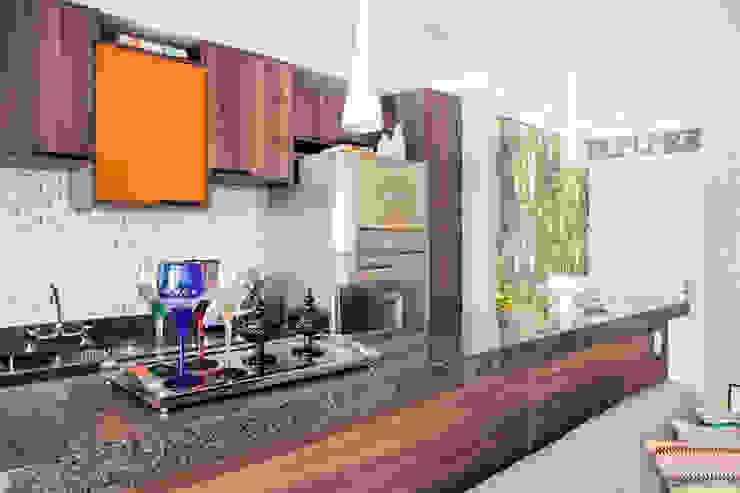 Cozinha por Biarari e Rodrigues Arquitetura e Interiores Moderno Madeira Acabamento em madeira