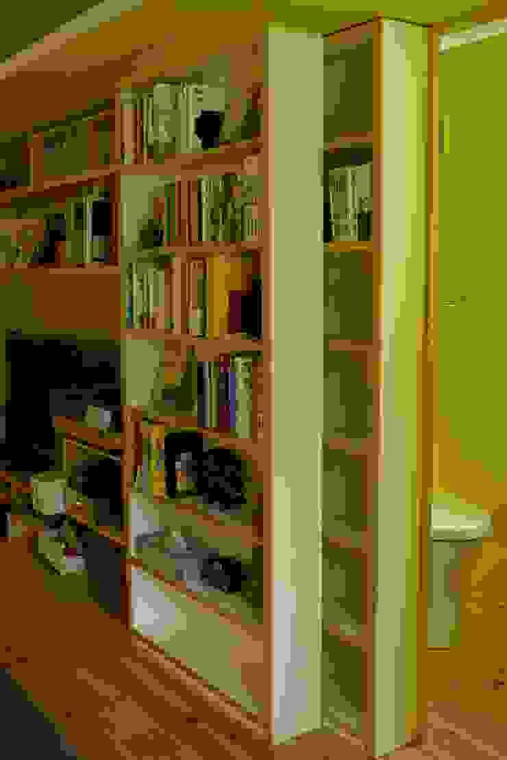 収納の棚をスライドするとトイレに。 北欧デザインの ダイニング の nido architects 古松原敦志一級建築士事務所 北欧