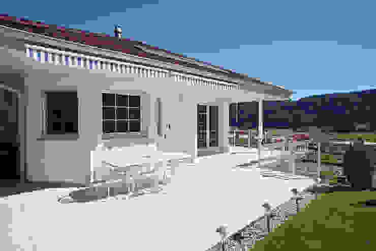 Moderne balkons, veranda's en terrassen van ELK Fertighaus GmbH Modern