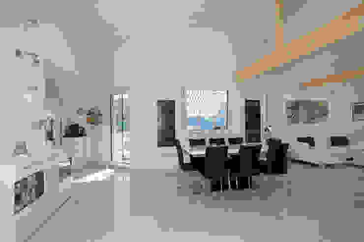 Moderne woonkamers van ELK Fertighaus GmbH Modern