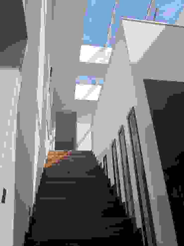 Corredores, halls e escadas modernos por ELK Fertighaus GmbH Moderno