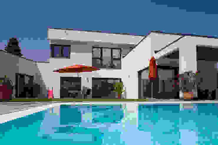 Casas de estilo moderno de ELK Fertighaus GmbH Moderno