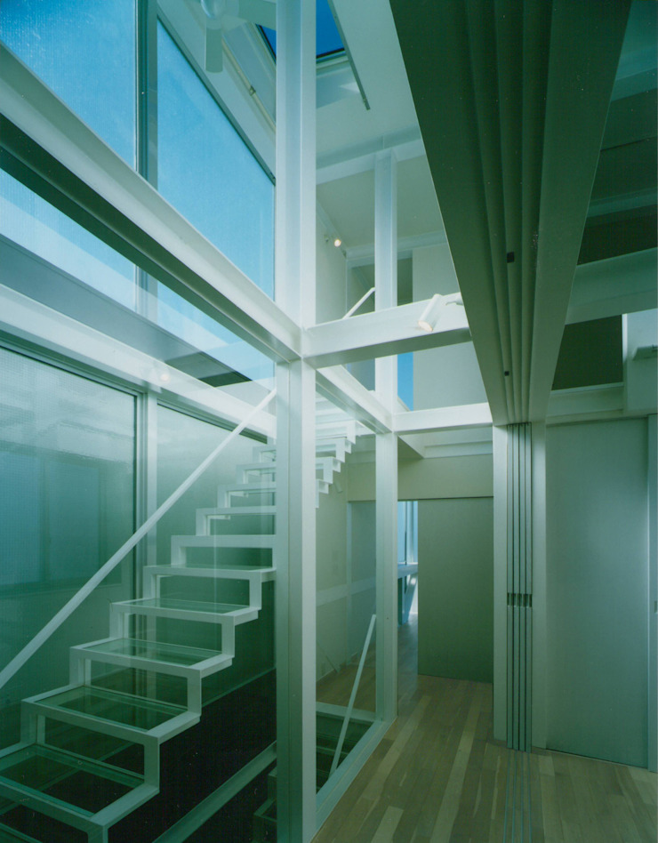 Modern Corridor, Hallway and Staircase by 原 空間工作所 HARA Urban Space Factory Modern Glass