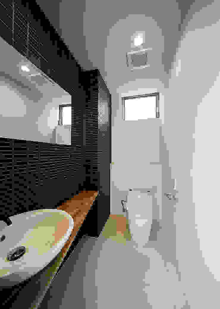 Baños de estilo escandinavo de 一級建築士事務所haus Escandinavo