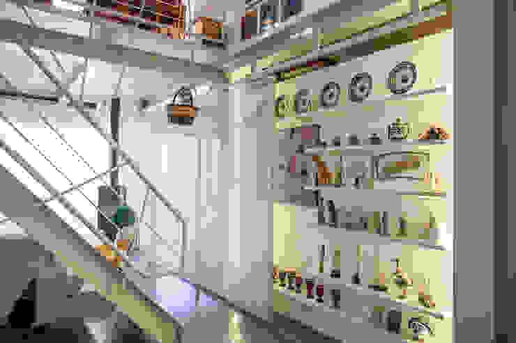 la parete divisoria diventa scrigno RoccAtelier Associati Pareti & Pavimenti in stile moderno Bianco