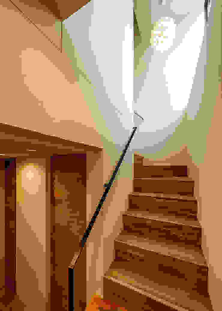 Pasillos, vestíbulos y escaleras de estilo escandinavo de 一級建築士事務所haus Escandinavo
