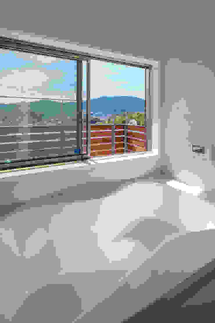 浴室 モダンスタイルの お風呂 の 建築工房 at ease モダン