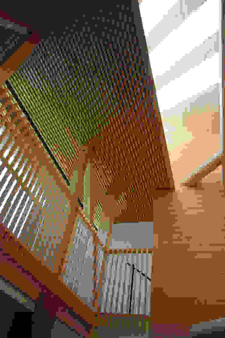 2階ギャラリーを望む カントリーデザインの リビング の 一級建築士事務所 ヒモトタクアトリエ カントリー