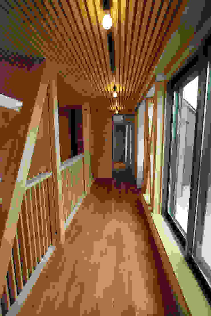 2階ギャラリー カントリースタイルの 玄関&廊下&階段 の 一級建築士事務所 ヒモトタクアトリエ カントリー