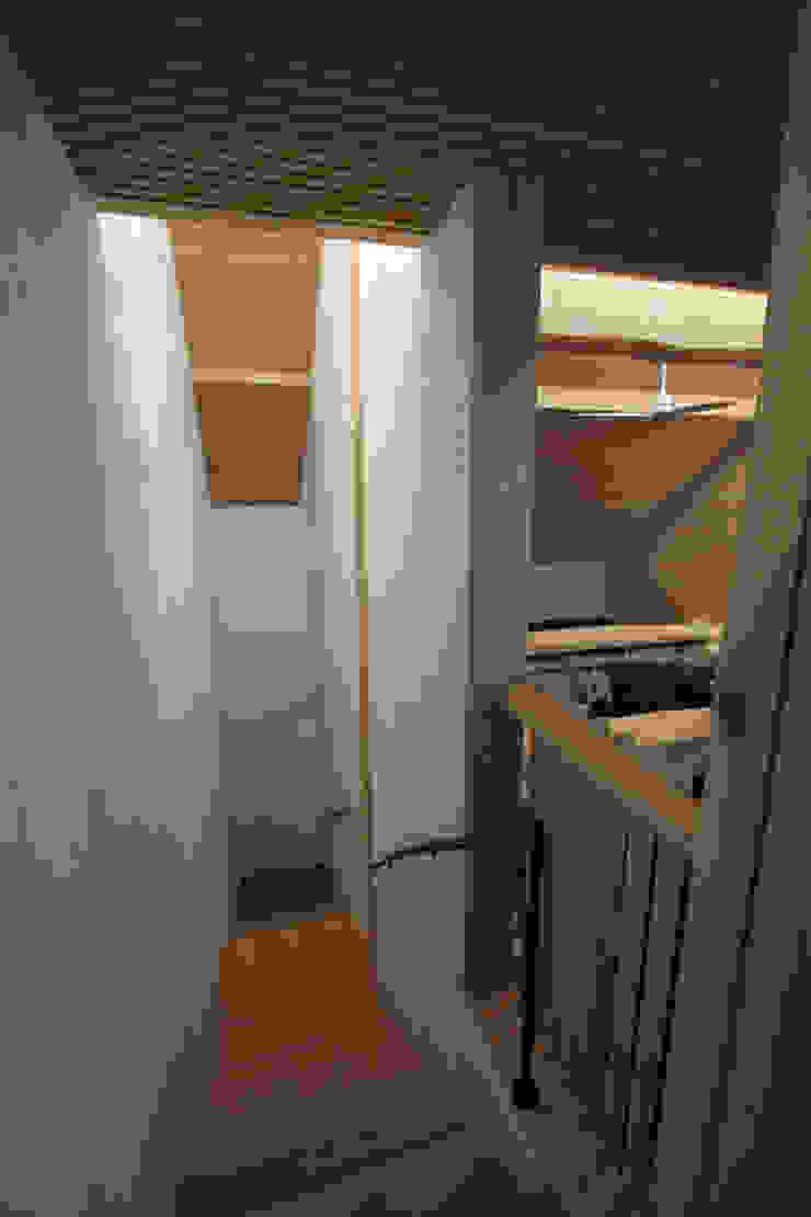 階段室 カントリースタイルの 玄関&廊下&階段 の 一級建築士事務所 ヒモトタクアトリエ カントリー