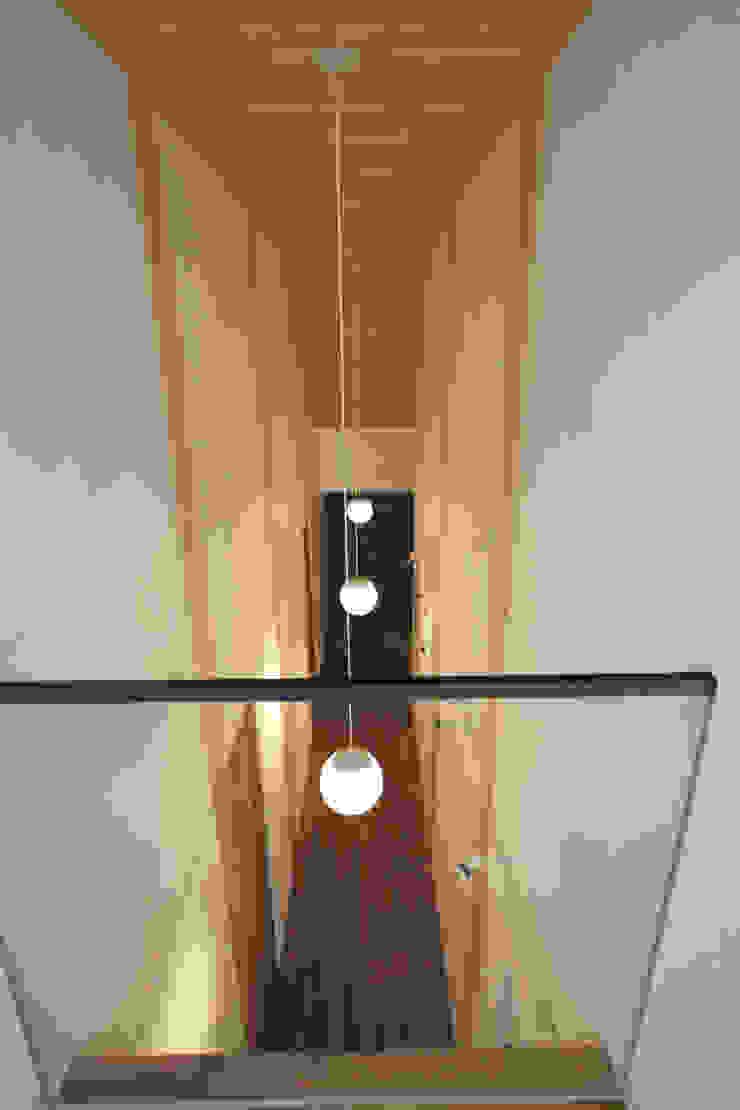 1階ギャラリー見下 カントリースタイルの 玄関&廊下&階段 の 一級建築士事務所 ヒモトタクアトリエ カントリー
