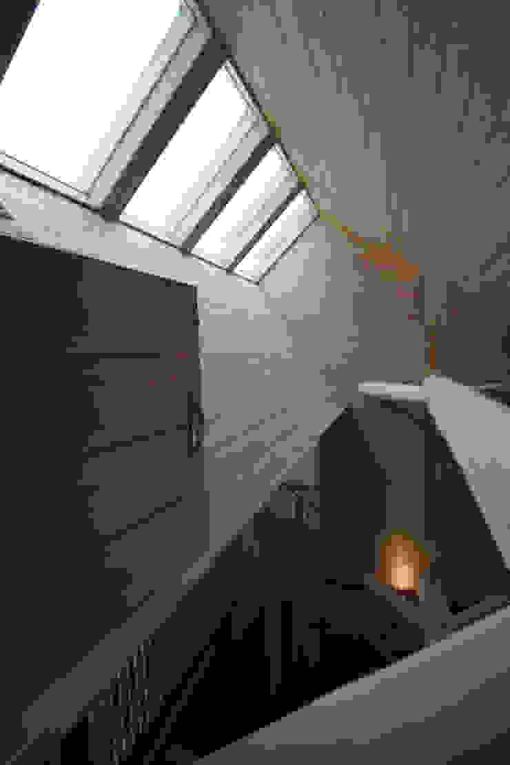 トップライトと内部庇 カントリーな 窓&ドア の 一級建築士事務所 ヒモトタクアトリエ カントリー