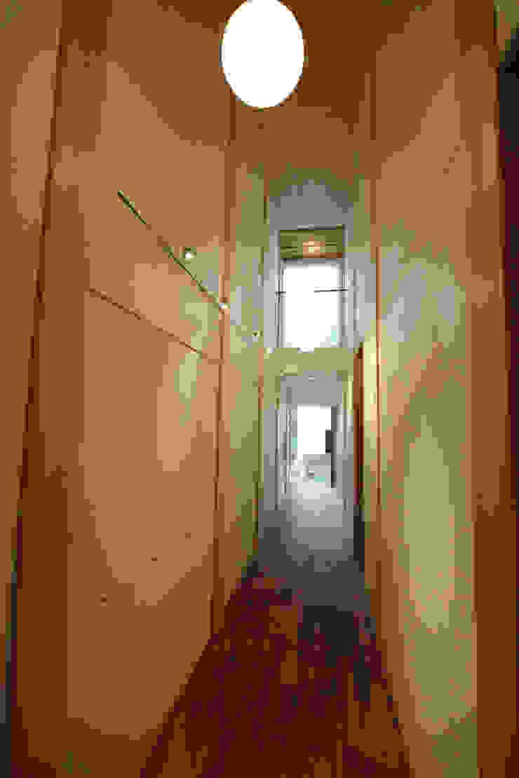 玄関から一直線に伸びるギャラリー カントリースタイルの 玄関&廊下&階段 の 一級建築士事務所 ヒモトタクアトリエ カントリー