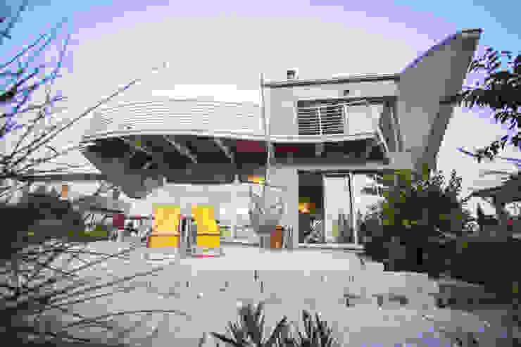 il doppio soggiorno e il giardino esterno Case moderne di RoccAtelier Associati Moderno