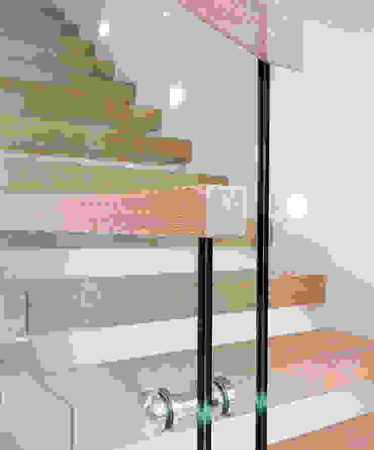 Ingresso, Corridoio & Scale in stile minimalista di Trąbczyński Minimalista