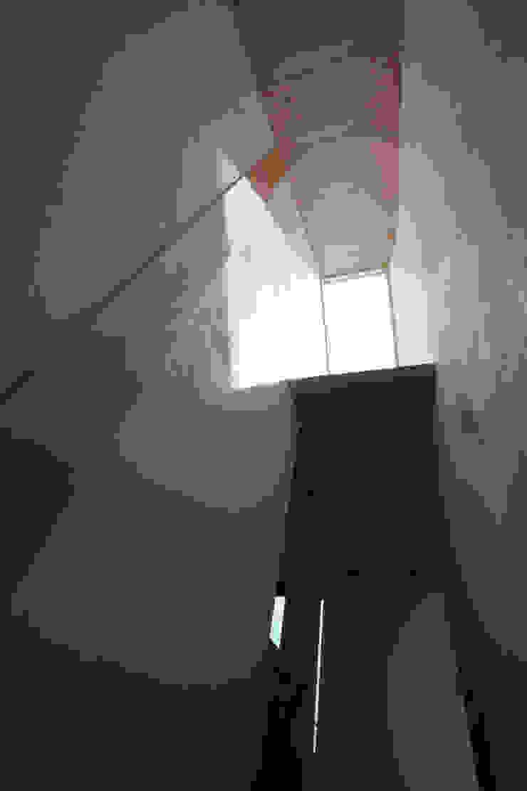 階段室見上げのトップライトと内部庇 オリジナルスタイルの 玄関&廊下&階段 の 一級建築士事務所 ヒモトタクアトリエ オリジナル