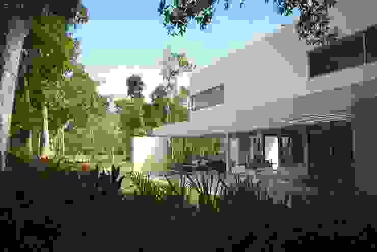 Casa entre Arboles: Jardines de estilo  por Enrique Cabrera Arquitecto, Moderno