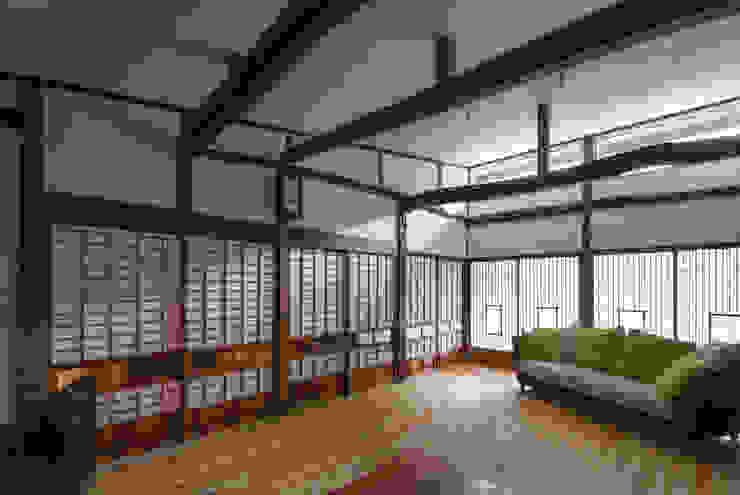 築100年の古民家再生 リビング障子: 一級建築士事務所 感共ラボの森が手掛けたリビングです。