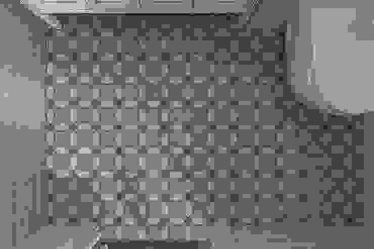 Ванная комната в американском стиле, керамогранит на сетке. от студия Дизайн Квадрат Классический