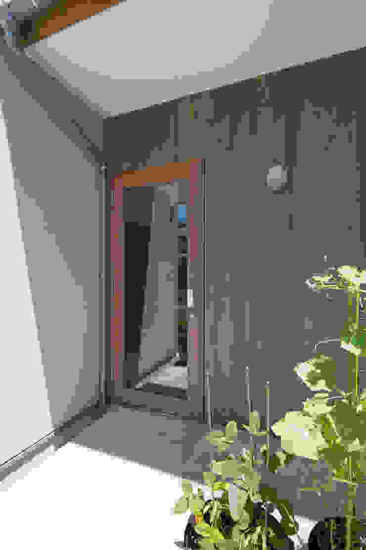 横浜の二世帯住宅 玄関ドア モダンな 窓&ドア の 一級建築士事務所 感共ラボの森 モダン