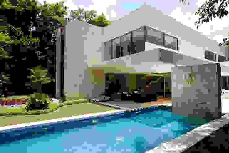 Casa entre Arboles Piscinas de estilo moderno de Enrique Cabrera Arquitecto Moderno