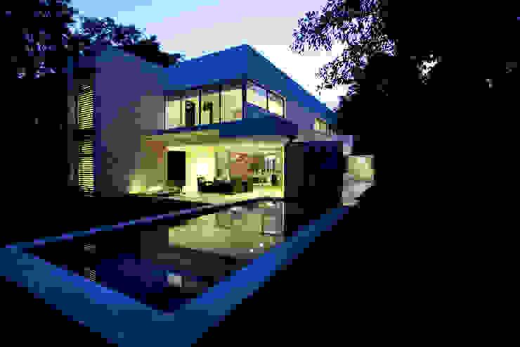 Casa entre Arboles Balcones y terrazas modernos de Enrique Cabrera Arquitecto Moderno