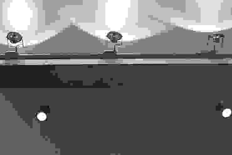 бетонная балка, трековый светильник от студия Дизайн Квадрат Лофт