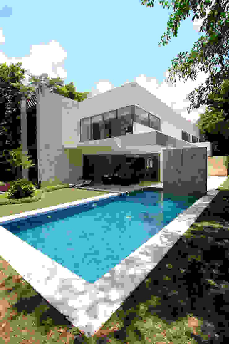 Casa entre Arboles Albercas modernas de Enrique Cabrera Arquitecto Moderno