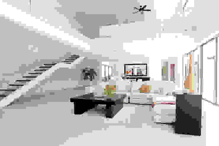 Casa entre Arboles Pasillos, vestíbulos y escaleras de estilo moderno de Enrique Cabrera Arquitecto Moderno