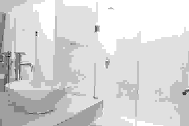Casa entre Arboles Baños modernos de Enrique Cabrera Arquitecto Moderno