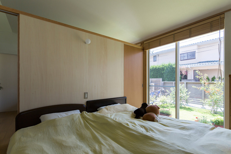 横浜の二世帯住宅 親世帯寝室 モダンスタイルの寝室 の 一級建築士事務所 感共ラボの森 モダン