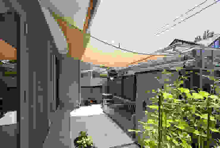 横浜の二世帯住宅 べーべキュースペース モダンな庭 の 一級建築士事務所 感共ラボの森 モダン