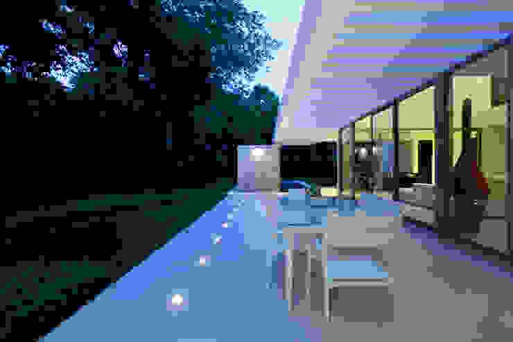 Casa entre Arboles Balcones y terrazas de estilo moderno de Enrique Cabrera Arquitecto Moderno