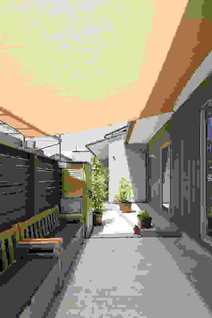 横浜の二世帯住宅 テント下の空間 モダンな庭 の 一級建築士事務所 感共ラボの森 モダン