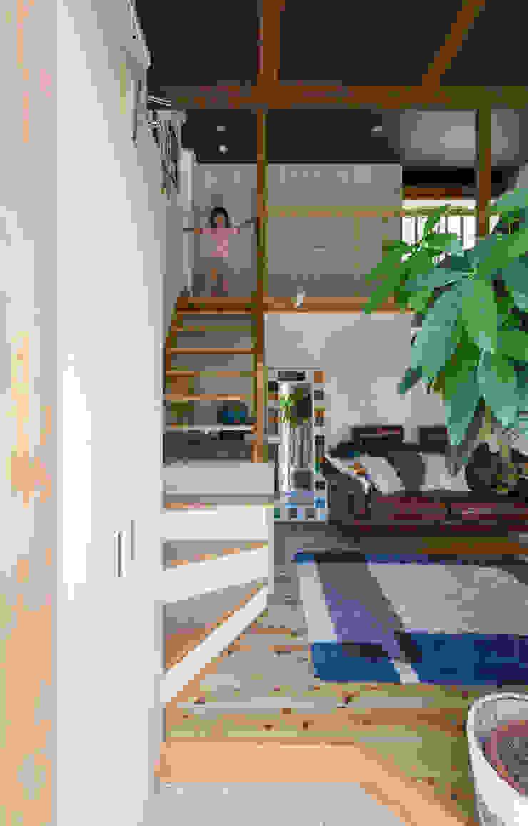 横浜の二世帯住宅 階段 モダンスタイルの 玄関&廊下&階段 の 一級建築士事務所 感共ラボの森 モダン