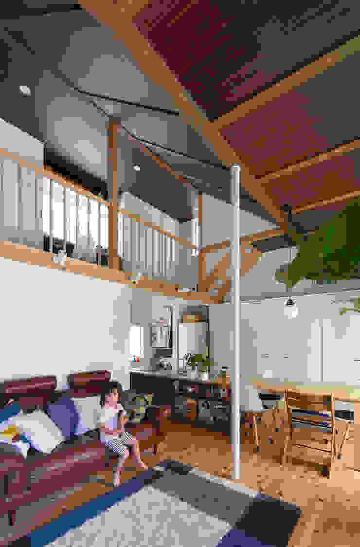 横浜の二世帯住宅 吹抜け モダンデザインの リビング の 一級建築士事務所 感共ラボの森 モダン