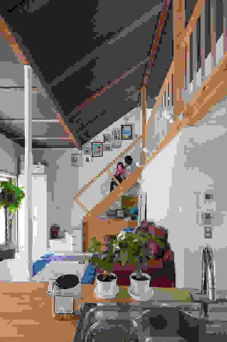 横浜の二世帯住宅 吹抜けと階段 モダンスタイルの 玄関&廊下&階段 の 一級建築士事務所 感共ラボの森 モダン