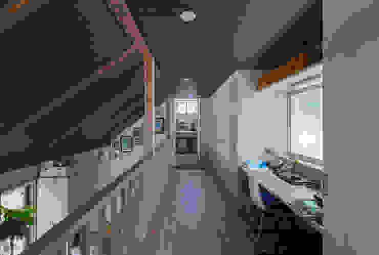 一級建築士事務所 感共ラボの森의  복도 & 현관