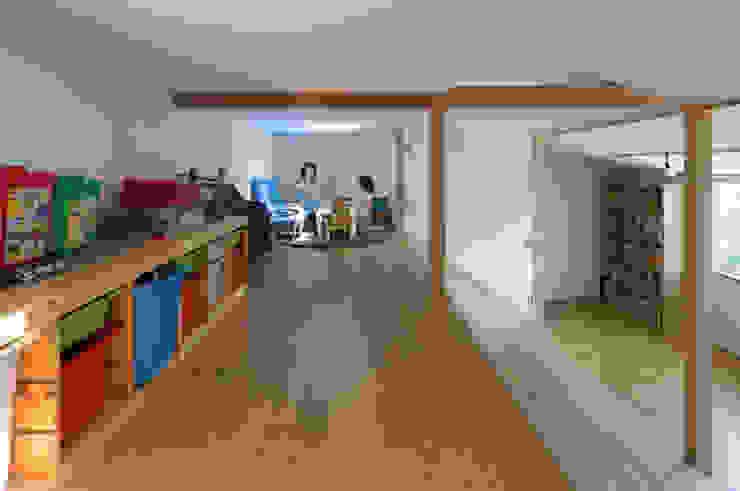 Dormitorios infantiles modernos: de 一級建築士事務所 感共ラボの森 Moderno