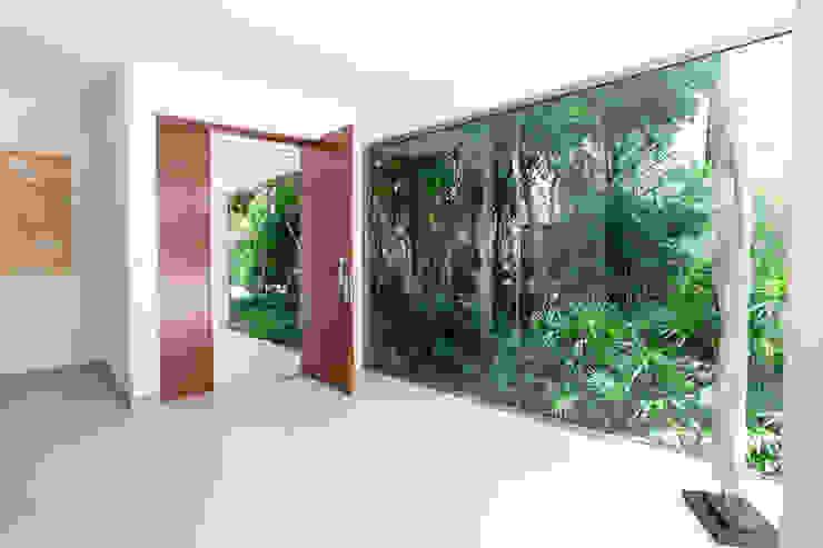 Casa entre Arboles: Pasillos y recibidores de estilo  por Enrique Cabrera Arquitecto, Moderno