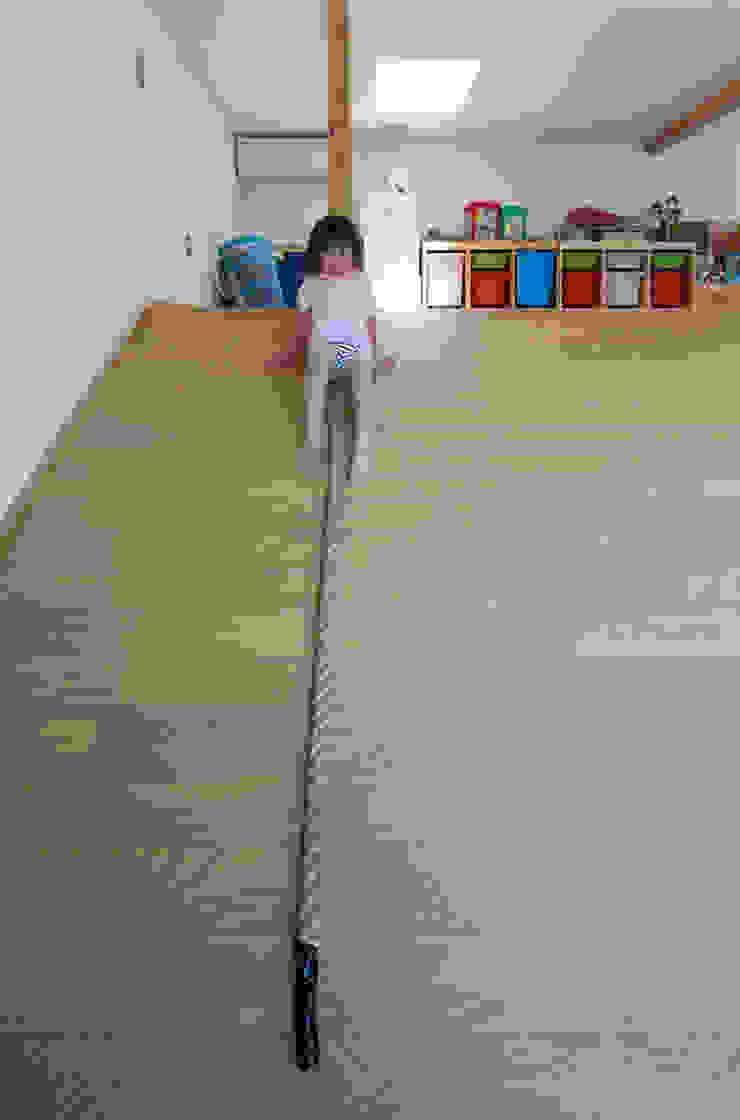 横浜の二世帯住宅 登り綱 モダンデザインの 多目的室 の 一級建築士事務所 感共ラボの森 モダン