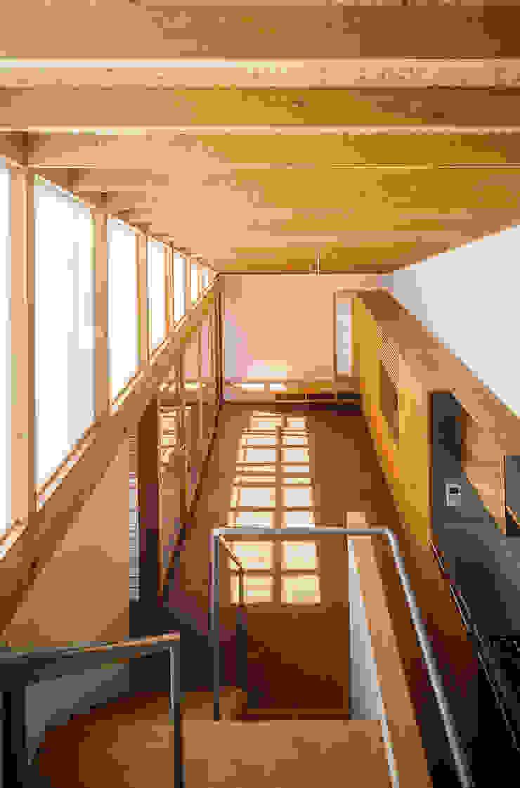 Phòng khách phong cách chiết trung bởi 緒方幸樹建築設計事務所 Chiết trung