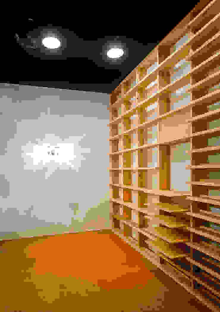 Phòng giải trí phong cách kinh điển bởi 緒方幸樹建築設計事務所 Kinh điển